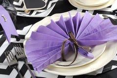 Chevron noir et blanc avec le plan rapproché pourpre de table de déjeuner de partie de thème Photographie stock