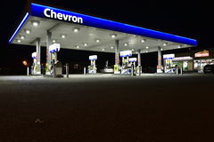 Chevronbenzinestation bij Nacht Stock Foto