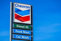 Chevronembleem bij één van de bedrijf` s benzinestations stock foto