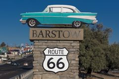 Chevy 1957 приветствует путешественников к Barstow Калифорнии и старому рауту стоковое фото rf