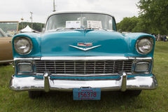 Chevy Bel Air Blue 1956 och vitt bilslut upp Arkivfoto