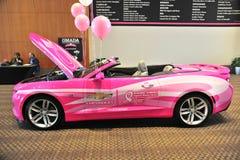 Chevy Camaro i rosa färger royaltyfri bild