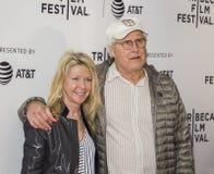 Chevy Chase et l'épouse Jayni chassent à la première 2017 de festival de film de Tribeca de ` d'années de chien de ` Image libre de droits