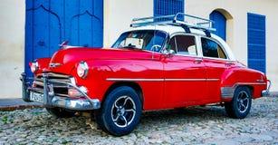 Chevy clásico rojo se parquea delante de un hogar Imagen de archivo