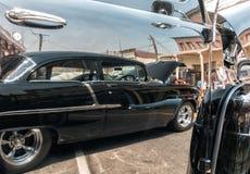 Chevy 1955 en una reflexión imagen de archivo libre de regalías