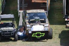 Chevy 4x4 que tira del camión en los hoyos Fotos de archivo