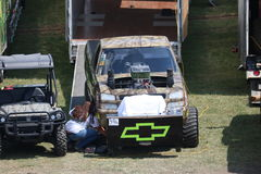 Chevy 4x4 som drar lastbilen i groparna Arkivfoton
