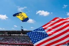 CHEYENNE, WYOMING, USA - 27. JULI 2017: US-Marine-Sprungs-Froschteam von Skydivers öffnet das jährliche Grenztagesrodeo Tragen de Stockfotos