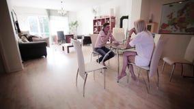 Chez l'homme attirant de reposer-pièce et la blonde mignonne reposez-vous à la table et buvez les boissons banque de vidéos