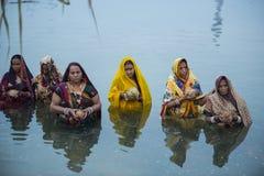 Chhat pujaberöm på floden av kvinnor Arkivfoton