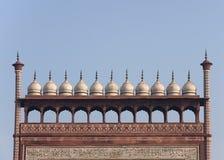 Chhatris, kleine weiße Hauben oben auf Gatter. Stockfotos