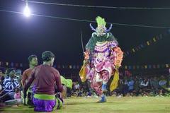 Chhau舞蹈,印地安部族军事舞蹈在晚上在村庄 库存照片