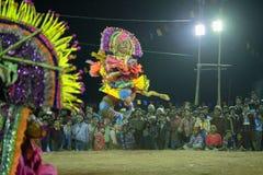 Chhau舞蹈,印地安部族军事舞蹈在晚上在村庄 免版税库存照片