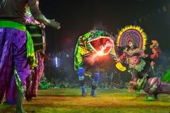 Chhau舞蹈,印地安部族军事舞蹈在晚上在村庄 免版税图库摄影