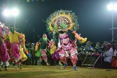 Chhau-Tanz, indischer Stammes- Kriegstanz nachts im Dorf Lizenzfreies Stockbild
