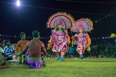 Chhaudans, Indische stammen krijgsdans bij nacht in dorp stock afbeeldingen