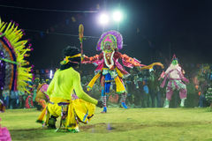 Chhaudans, Indische stammen krijgsdans bij nacht in dorp stock foto