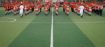 Chińscy ucznie łączą nieletni drużyny ceremonię, bęben trąbki drużyny występ fotografia royalty free