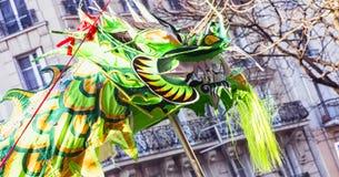 Chiński nowy rok 2019 Paryski Francja - smoka taniec zdjęcie royalty free