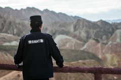 Chiński pracownik ochrony Przegląda krajobraz obraz stock