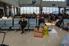 Chińczycy czekać na podskakują pociąg iść inny miasto w Yiwu dworcu fotografia stock