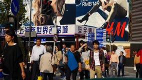 Chińczycy krzyżuje ruchliwej ulicy Szanghaj w centrum drogę, miastowy ruch drogowy zbiory wideo