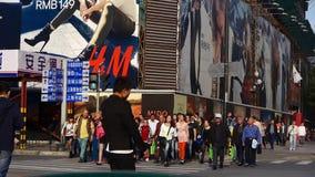 Chińczycy krzyżuje ruchliwej ulicy Szanghaj w centrum drogę, miastowy ruch drogowy zdjęcie wideo
