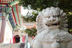 Chińczycy rzeźbiący marmurowi lwy Obrazy Royalty Free