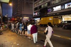 Chińczycy stoi w kolejce wykładają dla czekanie autobusu przy stacją w Hong Kong, Chiny obrazy royalty free