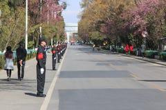 Chińczyków strażnicy w jeden ulicy Kunming w Chiny z rzędu Zdjęcie Stock