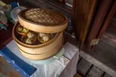Chińczyk Dekatyzujący kluchy Dim Sum Siu Mai w Streamer garnku zdjęcia royalty free