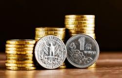 Chińczyk Jeden Juan moneta, my i kwartalnego dolara menniczy i złocisty pieniądze Obrazy Stock