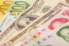 Chińczyk Juan, Europejskie euro notatki i Amerykańscy dolary, obrazy stock