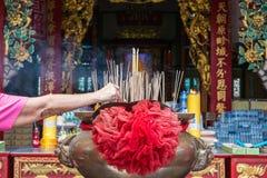 Chińczyk kadzi w buddyjskiej świątyni zdjęcie royalty free