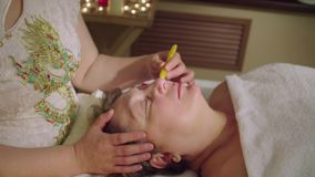 Chińczyk lekarka robi tradycyjnemu masażowi starsza kobieta zdjęcie wideo