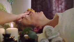 Chińczyk lekarka robi tradycyjnemu masażowi starsza kobieta zbiory