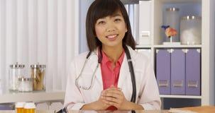 Chińczyka doktorski ono uśmiecha się kamera fotografia royalty free