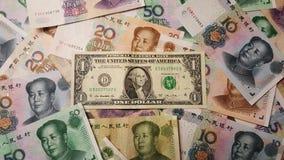 Chińczyka Juan Renminbi banknoty z dolarem amerykańskim w środku zdjęcia stock