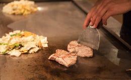 Chińczyka kucharz przygotowywa korzennego naczynia smażącą wołowinę i warzywa Ręka szefowie kuchni przygotowywają Chińskiego karm Fotografia Royalty Free