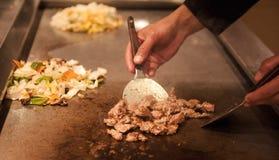 Chińczyka kucharz przygotowywa korzennego naczynia smażącą wołowinę i warzywa Ręka szefowie kuchni przygotowywają Chińskiego karm Fotografia Stock