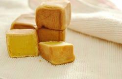 Chińczyka kwadrata tort faszerował mush słodką bobową połówkę ciącą na płótnie obrazy stock