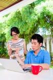 Chińczyka macierzysty i Azjatycki syn w domu fotografia royalty free