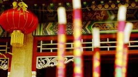 Chińczyka ogrodowy podwórze, czerwony lampion, Pali kadzidłowy w Kadzidłowym palniku, wiatr dym, ślub, małżeństwo zdjęcie wideo