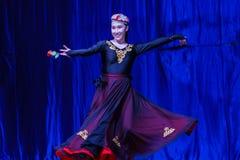 Chińscy akrobaci & tancerze blask księżyca lasu festiwal obraz stock