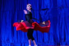 Chińscy akrobaci & tancerze blask księżyca lasu festiwal fotografia royalty free