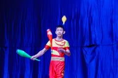 Chińscy akrobaci & tancerze blask księżyca lasu festiwal zdjęcie stock