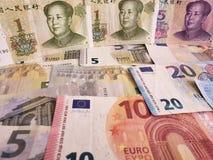 Chińscy banknoty i euro rachunki fotografia stock