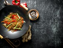 Chińscy celofanowi kluski w smaży niecki wok z imbirem, pikantność i warzywami, obraz royalty free