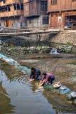 Chińscy chłopi patroszyje oskubanych kurczaki w wodnej wiosce r Zdjęcia Stock