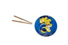 Chińscy chopsticks i pomiarowa taśma na talerzu odizolowywającym na bielu Zdjęcia Royalty Free
